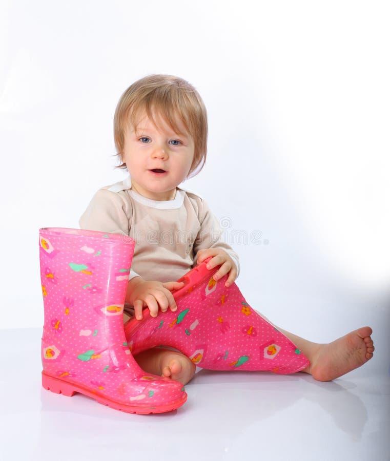 Petit enfant avec des gaines image libre de droits