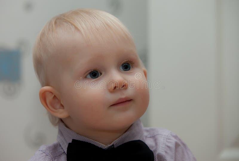 Petit enfant avec la relation étroite de proue photographie stock libre de droits
