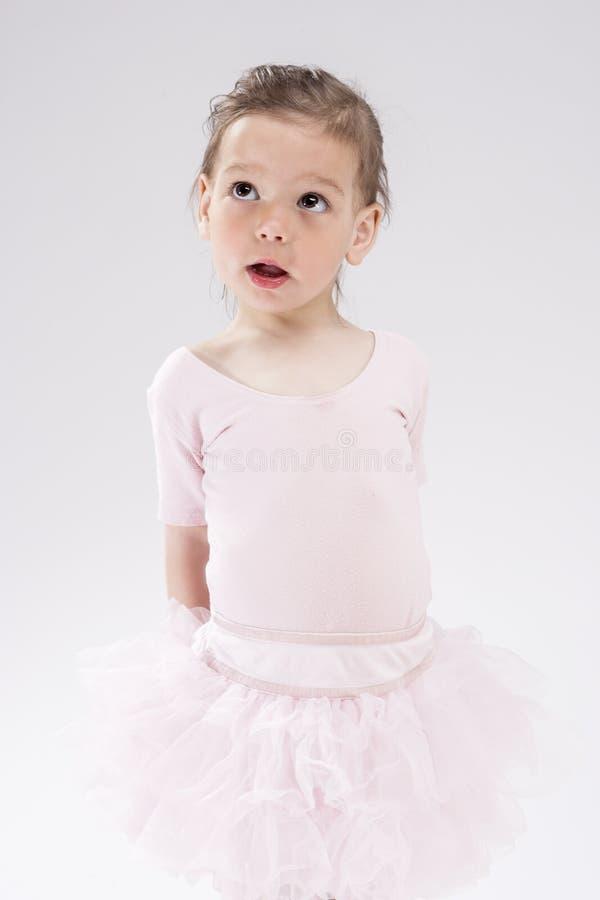 Petit enfant blond caucasien mignon avec l'expression curieuse regardant vers le haut photo libre de droits