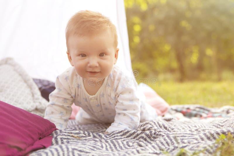 Petit enfant de bébé garçon de nourrisson nouveau-né sur un plaid en parc Été Su images libres de droits