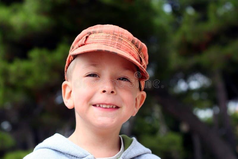 Petit enfant de sourire dans le capuchon orange image stock