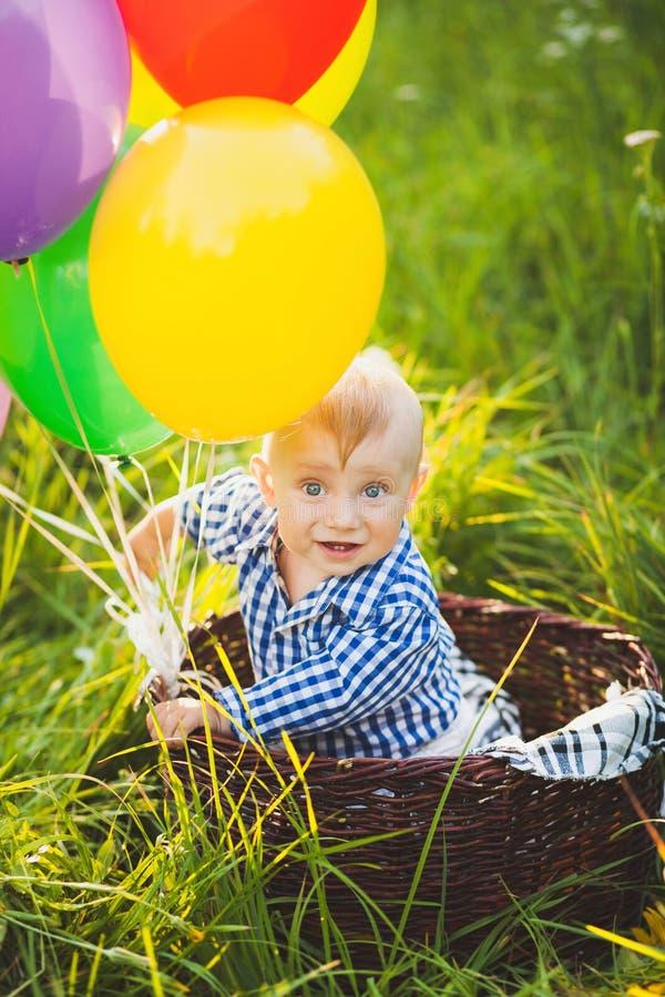 Petit enfant drôle utilisant la chemise bleue image stock