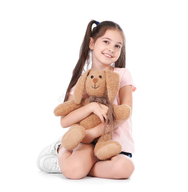 Petit enfant espiègle avec le jouet de peluche images libres de droits