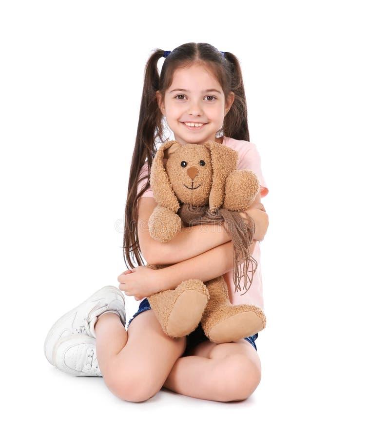 Petit enfant espiègle avec le jouet de peluche sur le fond blanc photos libres de droits