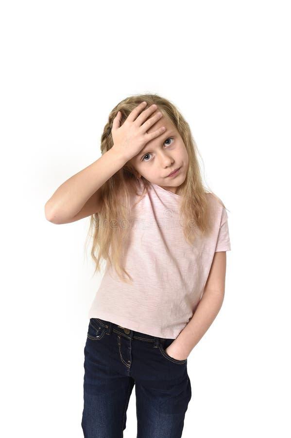 Petit enfant féminin mignon doux touchant son mal de tête de souffrance principal semblant fatigué et triste photos stock
