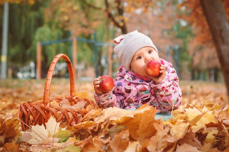Petit enfant heureux, bébé jouant en automne image libre de droits