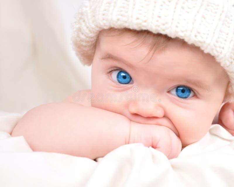 Petit enfant heureux de chéri aspirant la main images libres de droits