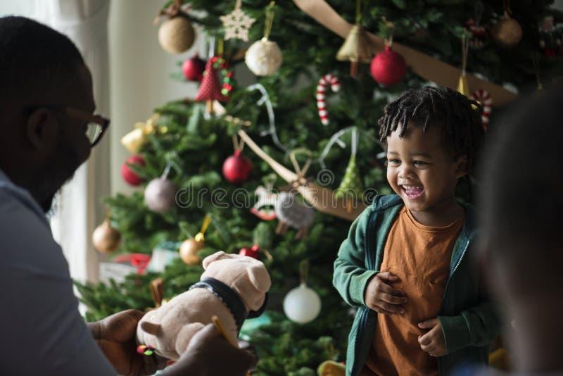 Petit enfant heureux recevant un cadeau de Noël photo stock