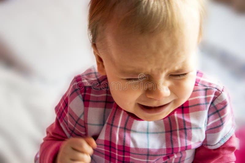 Petit enfant malheureux pleurant peu de fille inonde avec des larmes photos stock