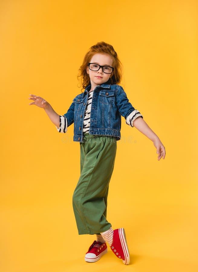petit enfant mignon dans la danse de lunettes images stock