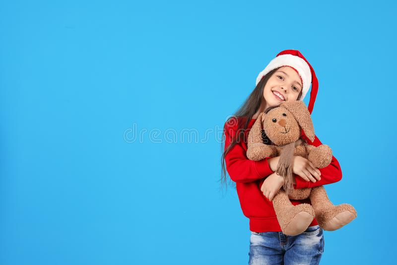 Petit enfant mignon dans le chapeau de Santa avec le lapin de jouet image stock