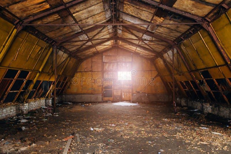 Petit entrepôt vide abandonné photo stock