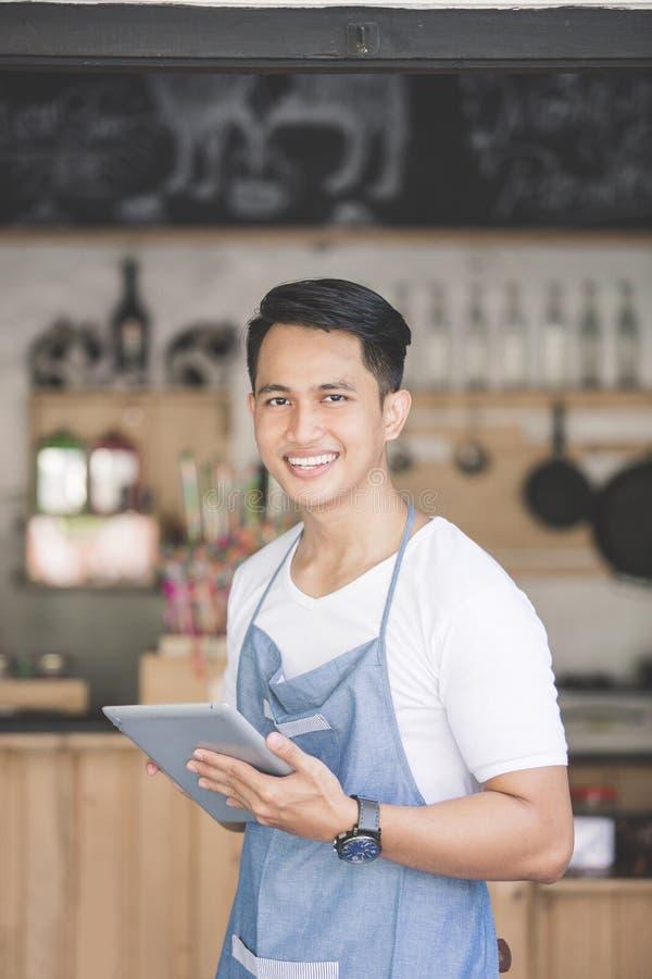 Petit entrepreneur à son café photographie stock