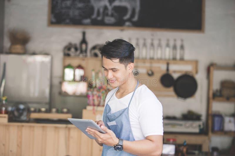 Petit entrepreneur à son café photographie stock libre de droits