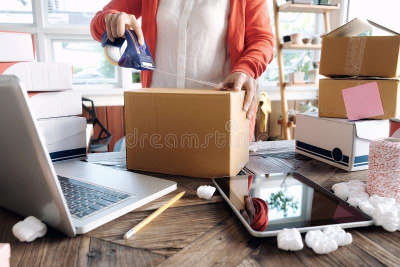 Petit entrepreneur de jeune entrepreneur de démarrage travaillant à la maison, images stock