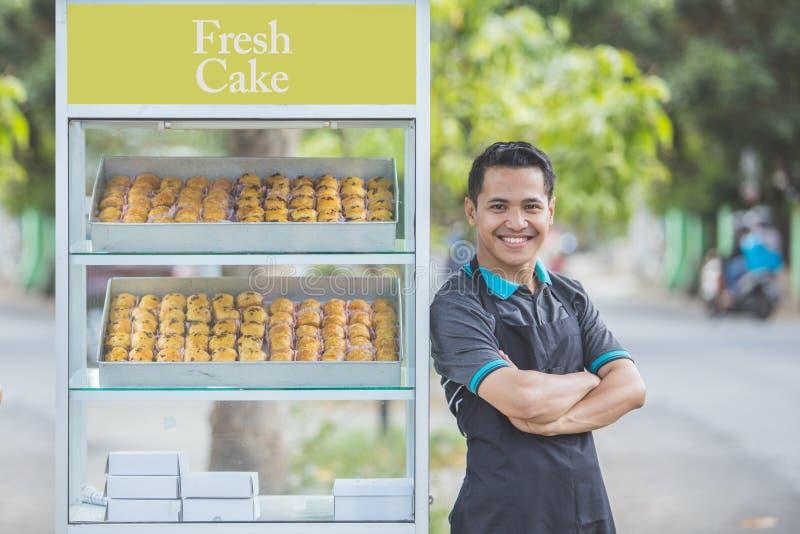 Petit entrepreneur et sa stalle de nourriture photos libres de droits