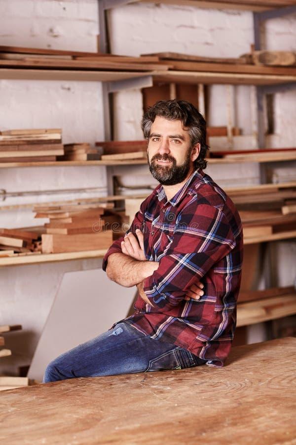 Petit entrepreneur sûr dans un atelier de boisage photographie stock libre de droits