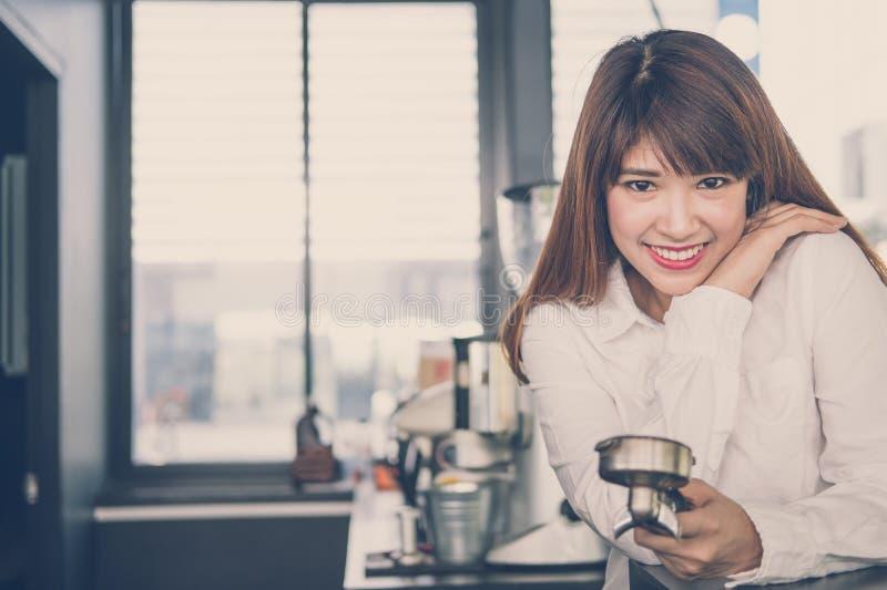 Petit entrepreneur se tenant au compteur dans le café femelle image stock