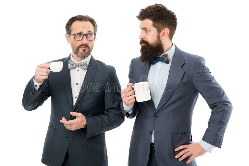 Petit entretien Apprécier le café de bureau Faites les nouveaux amis visitant la convention ou le sommet d'affaires Café d'hommes photographie stock
