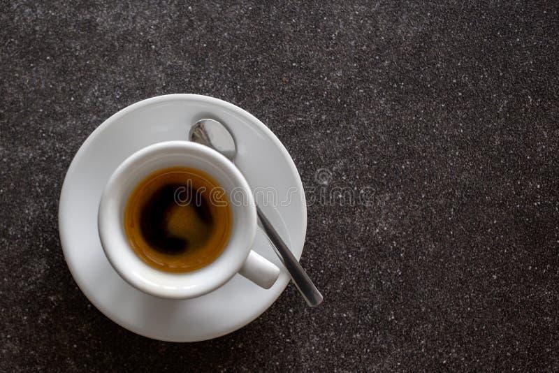 Petit expresso italien dans la tasse en céramique blanche avec la cuillère d'isolement photo stock