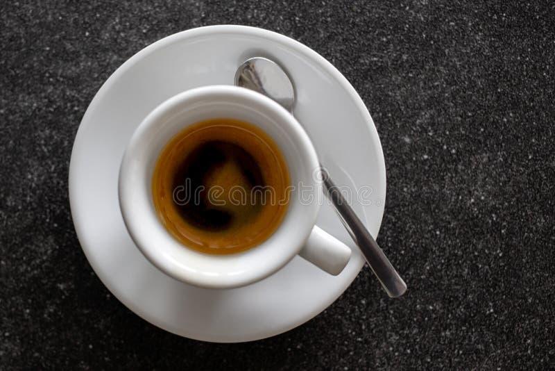 Petit expresso italien dans la tasse en céramique blanche avec la cuillère d'isolement photographie stock