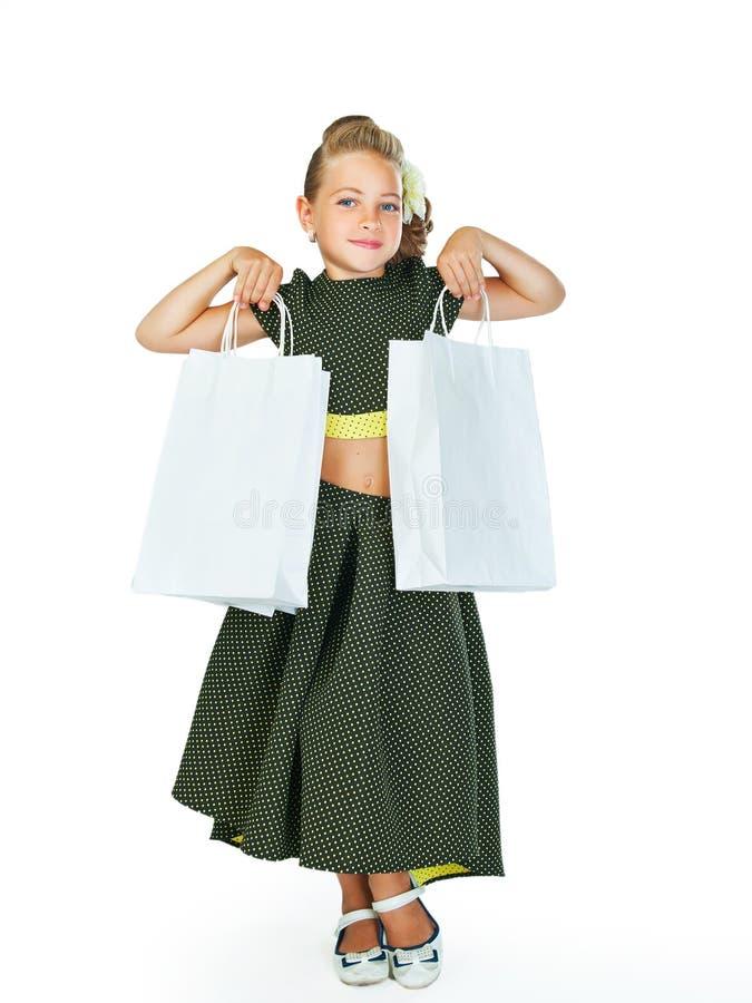 Petit fashionista tenant des paniers photos libres de droits