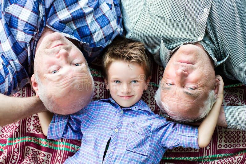 Petit-fils avec des grands-parents photos libres de droits