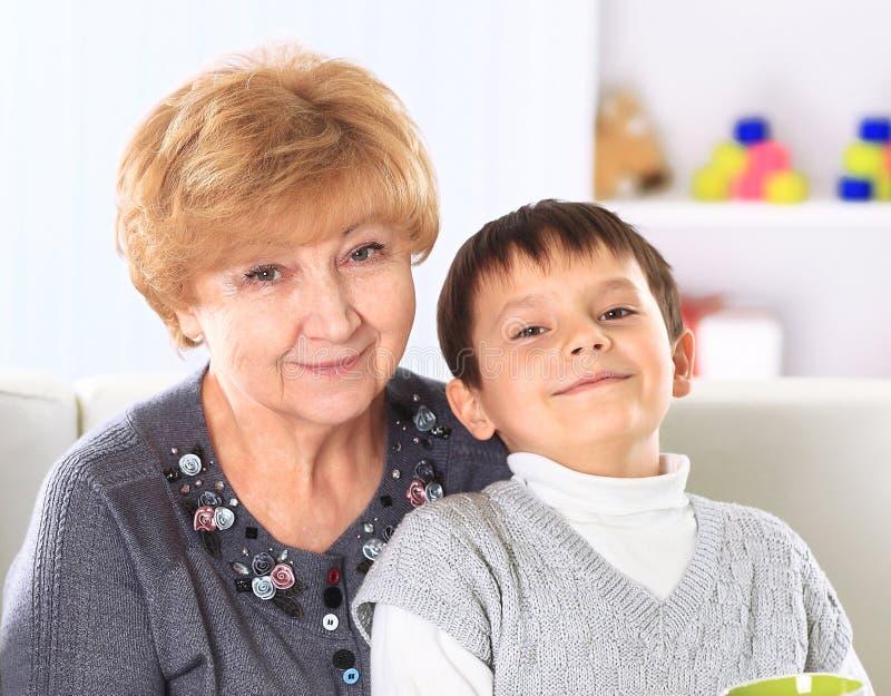 Petit-fils avec ses grands-parents images libres de droits