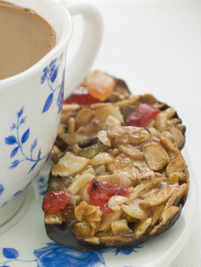 Petit Florentines avec une cuvette de thé photographie stock