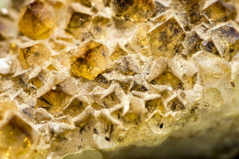 Petit fond géologique jaune de cristaux photographie stock libre de droits