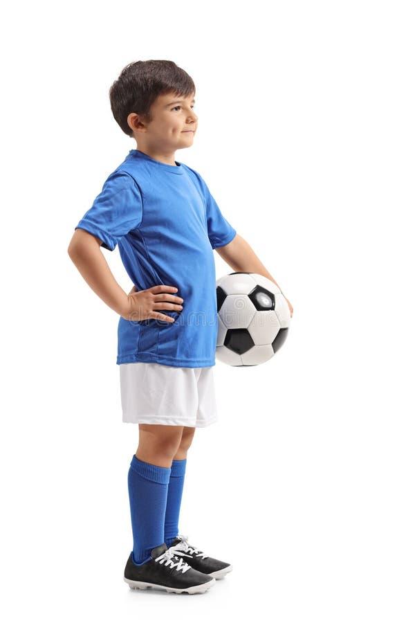 Petit footballeur avec un football attendant dans la ligne photo libre de droits