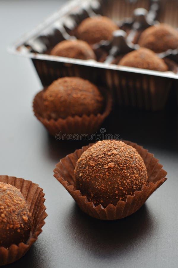 Petit fours för choklad över svart bakgrund Top beskådar royaltyfri bild
