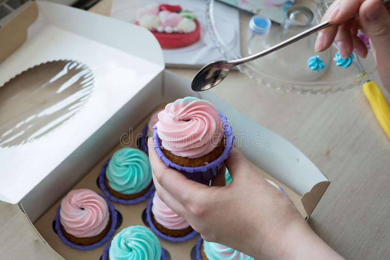Petit gâteau à disposition avec une cuillère sur le fond d'une boîte de petits gâteaux image libre de droits