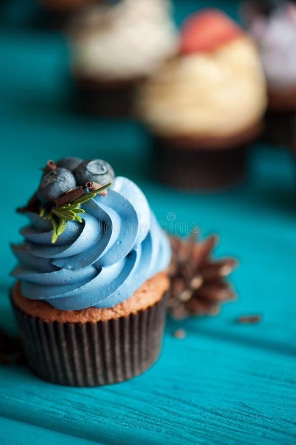 Petit gâteau avec de la crème de myrtille image stock