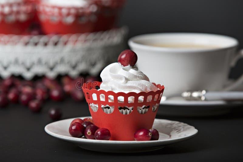 Petit gâteau avec de la crème et des canneberges photo libre de droits