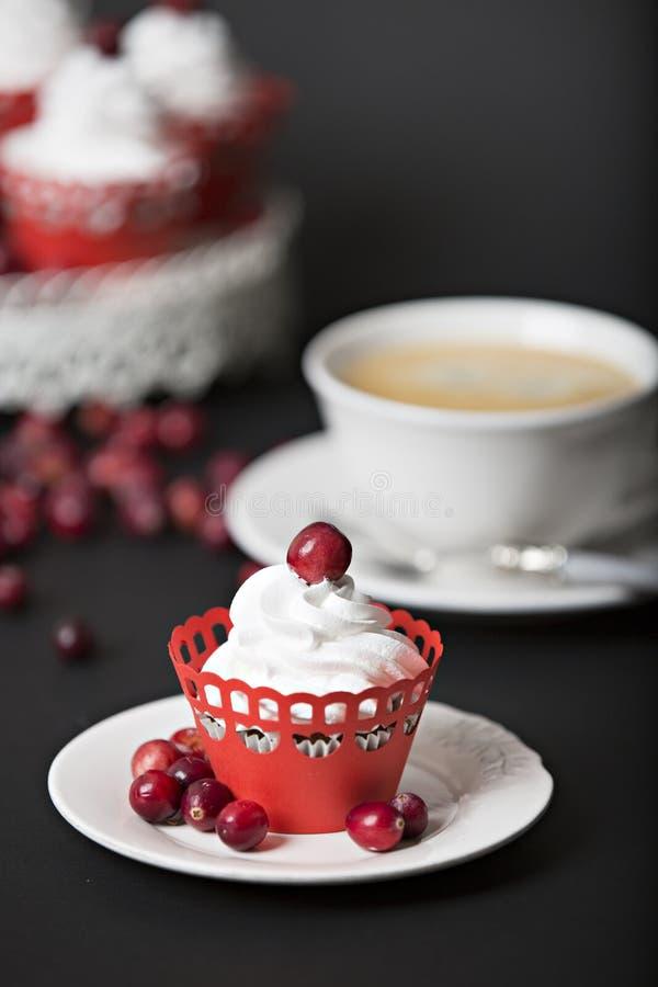 Petit gâteau avec de la crème et des canneberges photographie stock