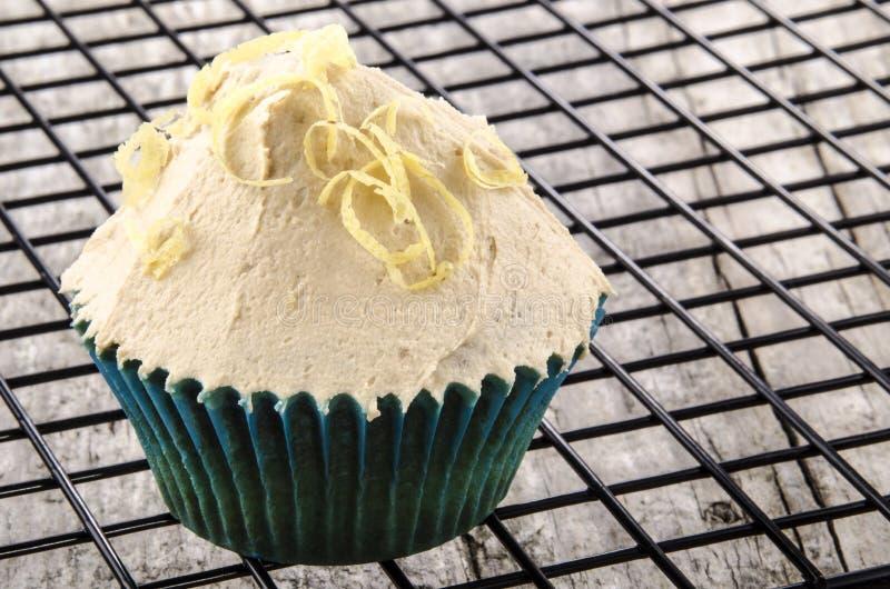 Petit gâteau avec des enroulements de crème et de citron de beurre images stock
