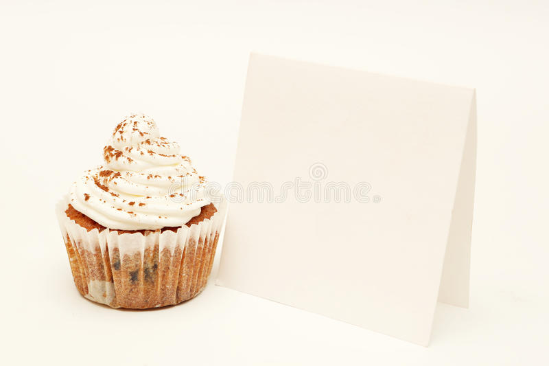 Petit gâteau avec la carte vierge image libre de droits