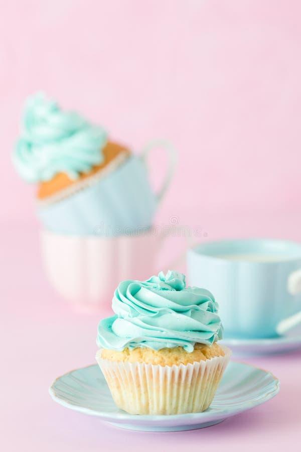 Petit gâteau avec la décoration et la tasse crèmes en bon état de lait et coffe sur le fond en pastel rose Carte de voeux de jour photographie stock