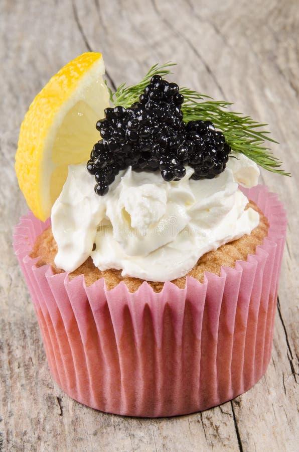 Petit gâteau avec le caviar, le fromage à pâte molle, l'aneth et le citron image libre de droits