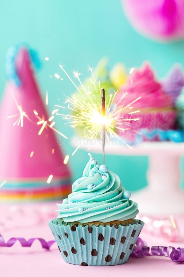 Petit gâteau avec le cierge magique image stock