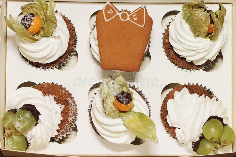 Download Petit Gâteau Avec Le Coqueret Comestible Photo stock - Image du givrage, gâteaux: 77161796
