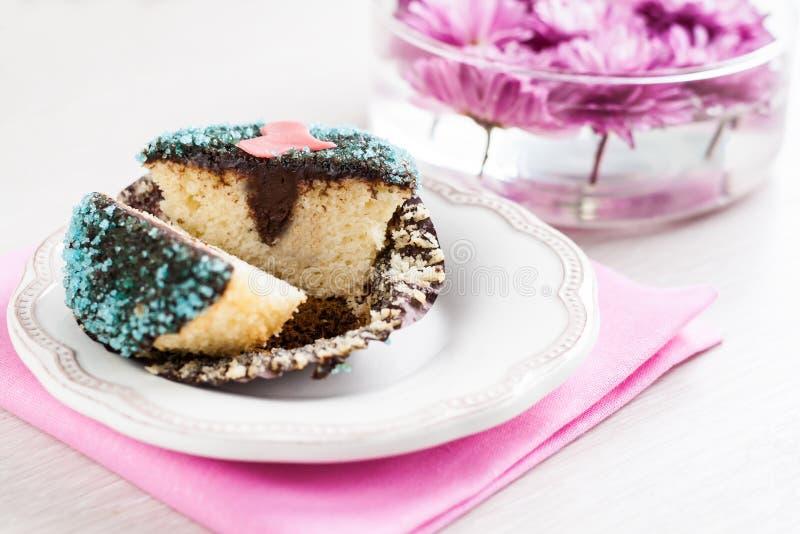 Petit gâteau avec le remplissage de chocolat décoré du coeur photos libres de droits