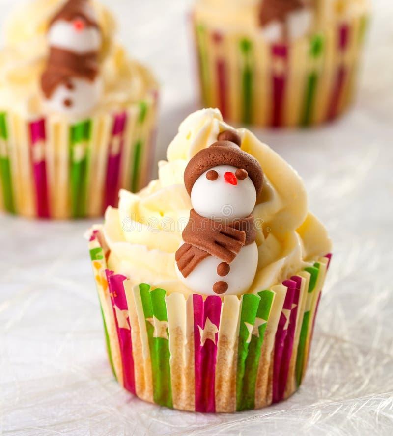Petit gâteau avec le thème d'hiver de bonhomme de neige image libre de droits