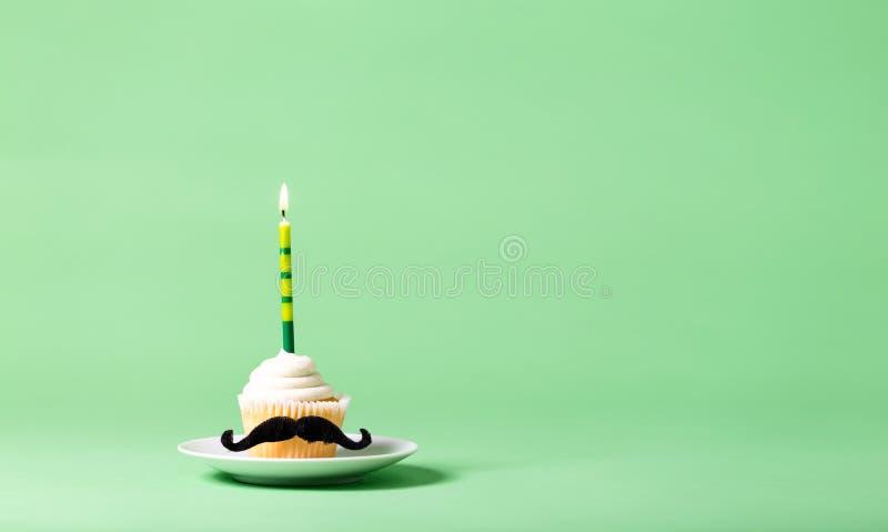 Petit gâteau avec un thème de jour du ` s de père de moustache image libre de droits