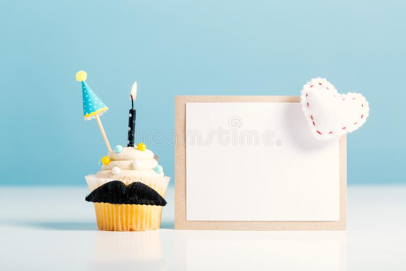 Petit gâteau avec un thème de jour du ` s de père de moustache photos libres de droits