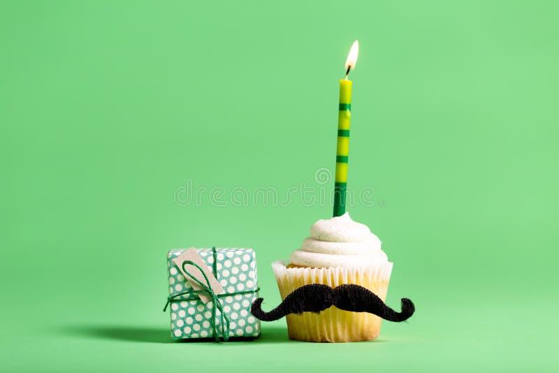 Petit gâteau avec un thème de jour du ` s de père de moustache photographie stock libre de droits