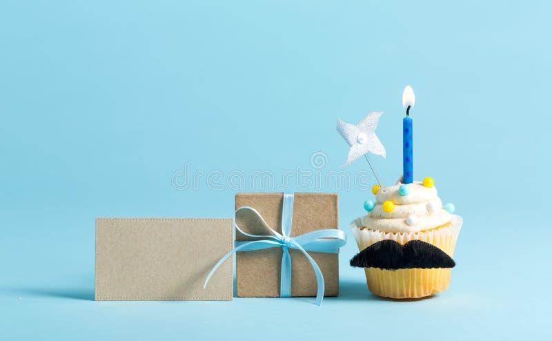 Petit gâteau avec un thème de jour du ` s de père de moustache photographie stock