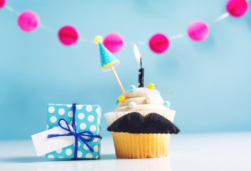 Petit gâteau avec un thème de jour du ` s de père de moustache photo libre de droits