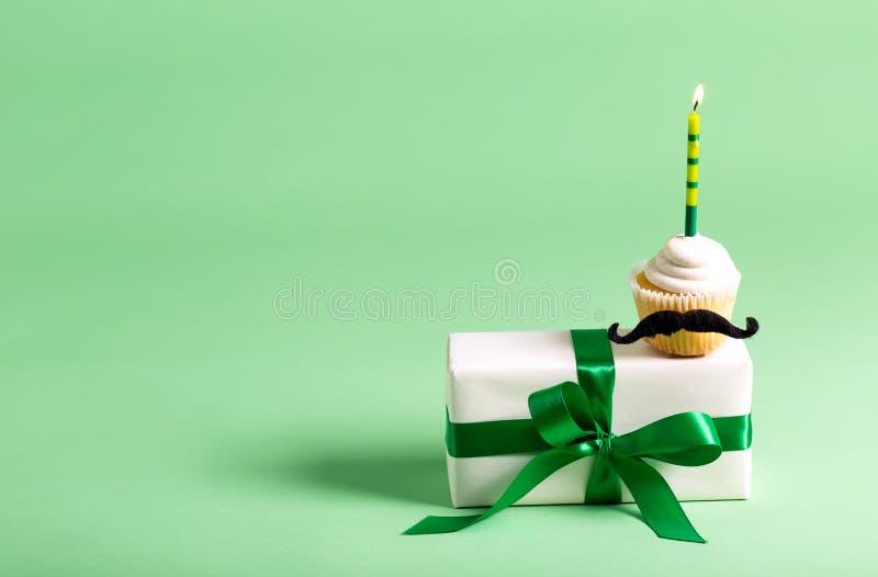 Petit gâteau avec un thème de jour du ` s de père de moustache image stock